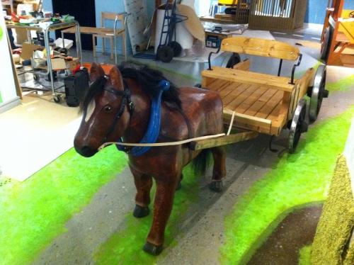 Skulptur häst med vagn